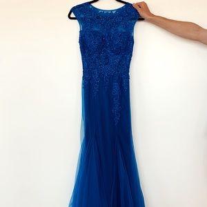 STUNNING dark blue gown. 💙💙💙